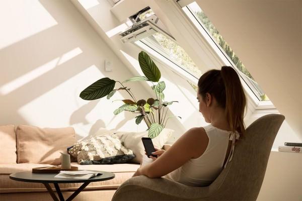 velux-integra-dachfenster-frau-smartphone-1280x853